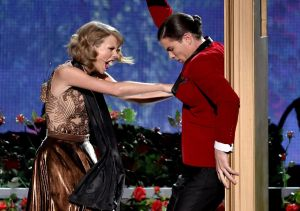 taylor-swift-performs-at-2014-american-music-awards-in-los-angeles_11