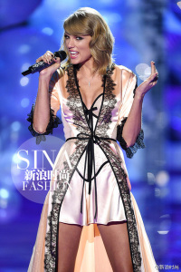 """Taylor Swift performing """"Blank Space"""" at VS Fashion Show"""
